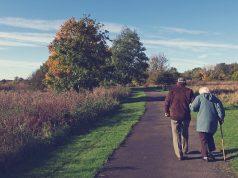 Stari ljudi šetaju