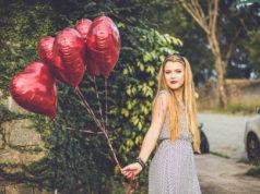 devojka sa balonima