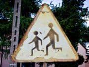Stari saobraćajni znak - deca na putu