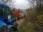 Orezivanje šiblja na putu ka selu Borovac