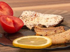 Riba, paradajz, hrana u tanjiru